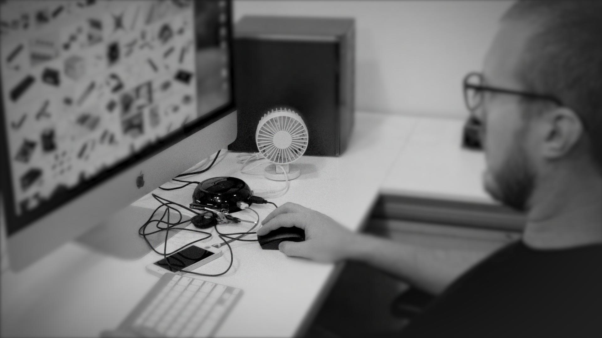 20140904015246-Hub_on_Desk