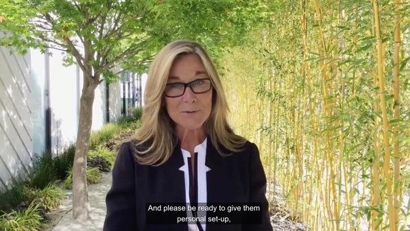 Angela Ahrendts, 직원들에게 제공한 비디오 메시지를 통해 Apple Watch와 MacBook의 현황에 대해 설명.