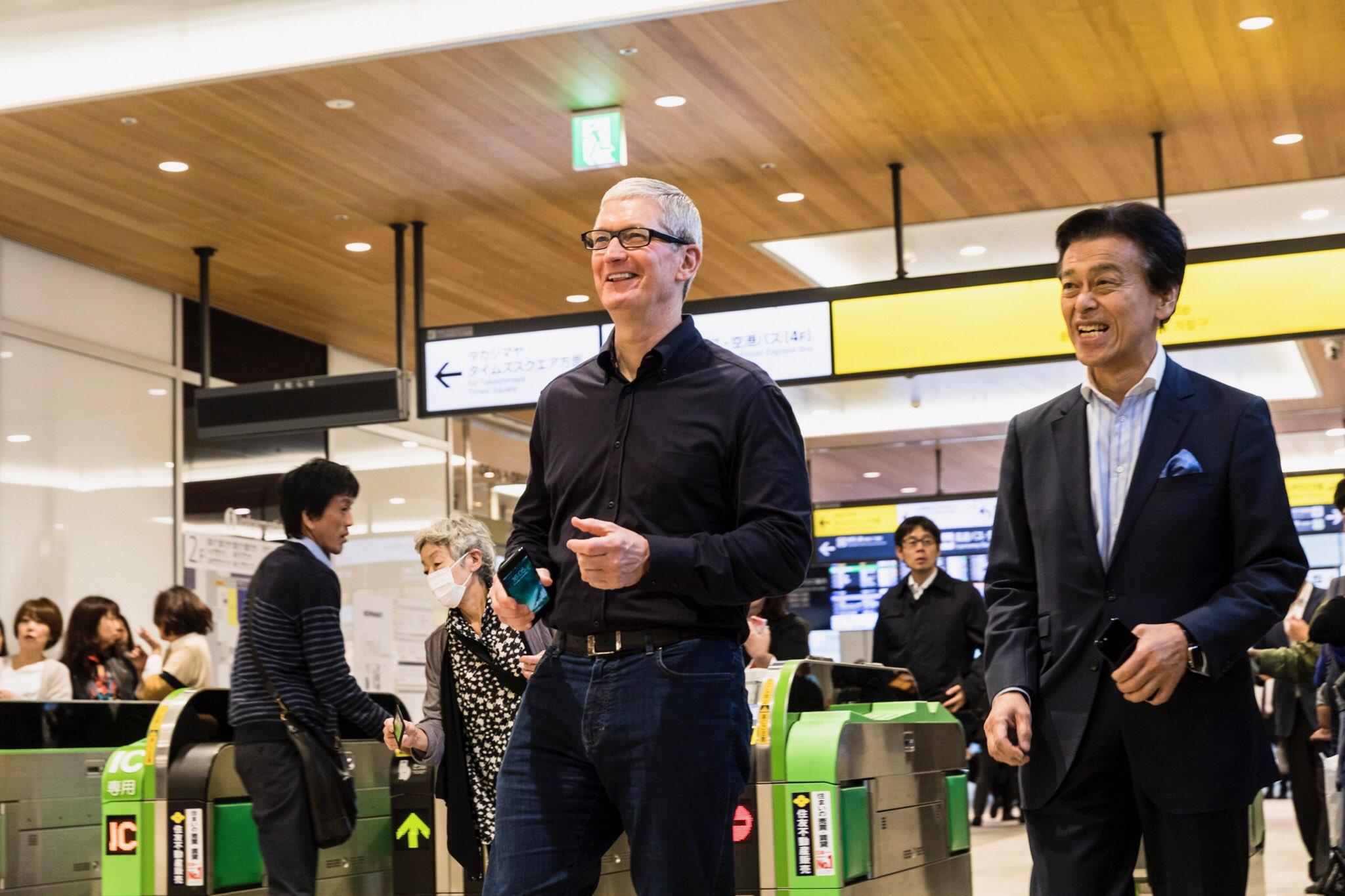 apple_ceo_tim_cook_japan_jr_yamanote_line_applepay
